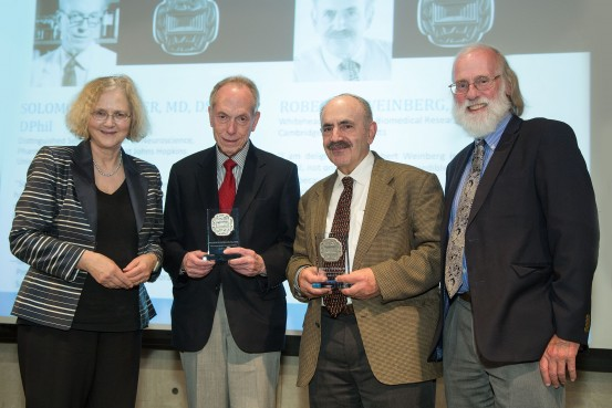 From left: Elizabeth Blackburn (President of the Salk Institute), Solomon Snyder, Robert Weinberg and Tony Hunter (chair of the medal selection committee) (Photo: Salk Institute)
